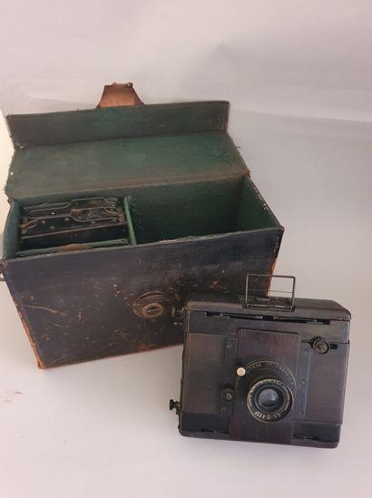 Appareil Photographique. Boîtier C. P. Goerz Berlin (9x12) avec objectif Doppel-Anastigmat D. R. P. Serie III/0 F=120mm n°80225 avec châssis et sac de transport.
