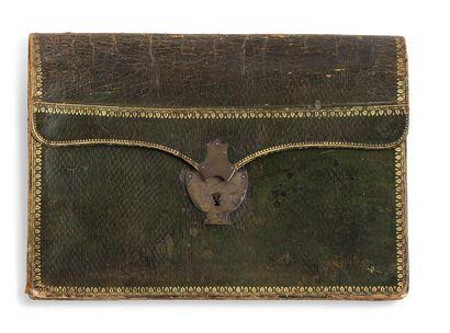 Portefeuille en maroquin vert, bordures dorées aux fers ; serrure en laiton argenté ; intérieur en maroquin vert, décor doré en suite. 27 x 37 cm.