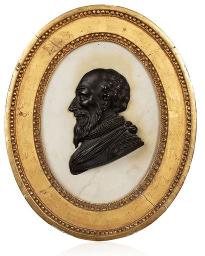 Grand médaillon ovale présentant un buste de profil en demi-ronde bosse, en bronze ciselé et patiné : un dignitaire de la seconde moitié du XVIe, première moitié du XVIIe, contemporain d'Henri IV ou du Duc de Sully, en armure, avec fraise, et portant un g