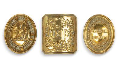 Trois plaques de poste : une de brassard de :