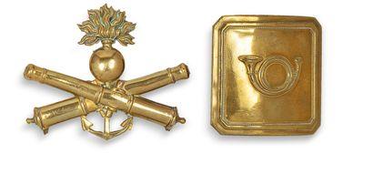 Un ornement de shako d'artillerie de marine, Second-Empire ou début Troi-sième-République et un plateau de ceinturon de chasseur à cheval.