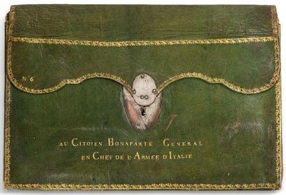 Rare et grand portefeuille en maroquin vert, doré aux fers sur les bordures, serrure ovale en cuivre argenté. Il est marqué, sur le premier plat, en lettres d'or :
