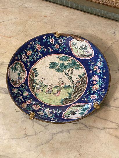 Chine, XIXème siècle.  Plat en cuivre émaillé...