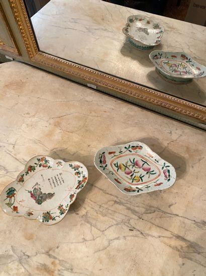 Chine, XIXème siècle.  Deux coupes en porcelaine...
