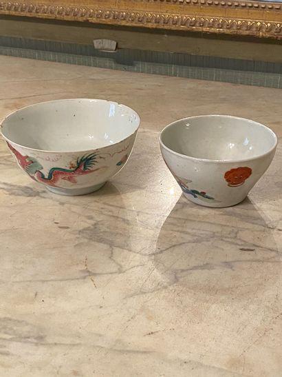 Chine, XIXème siècle.  Deux bols en porcelaine...