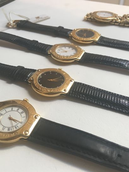 COURRÈGES  Ensemble de cinq montres en métal...