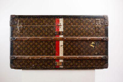 LOUIS VUITTON – N°185438  Malle Courrier pour homme, en toile monogrammée au pochoir...