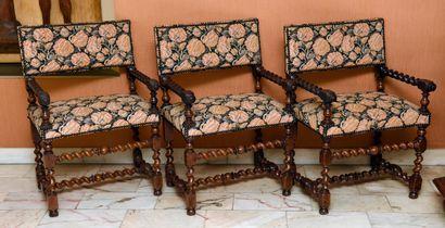 Suite de trois chaises à bras en noyer, accotoirs...