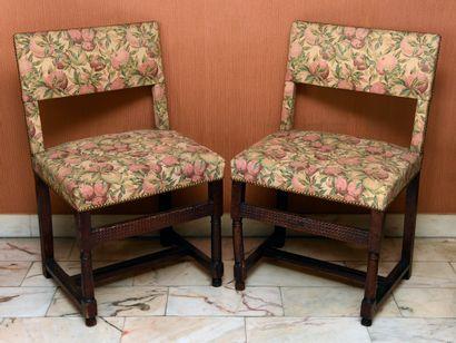 Deux chaises en noyer, piètement avec entretoise...
