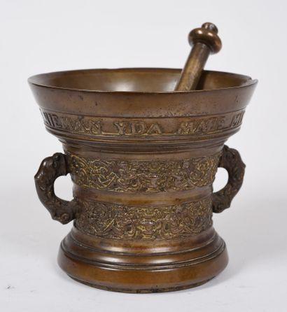 Mortier en bronze à deux anses en forme de...
