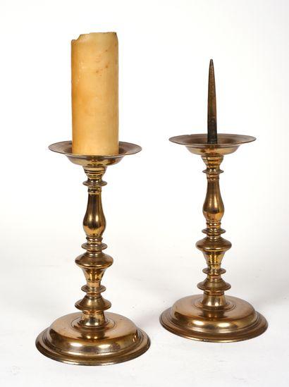 Deux pique-cierges en bronze, base circulaire...