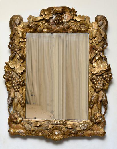 Miroir avec encadrement en bois sculpté et...