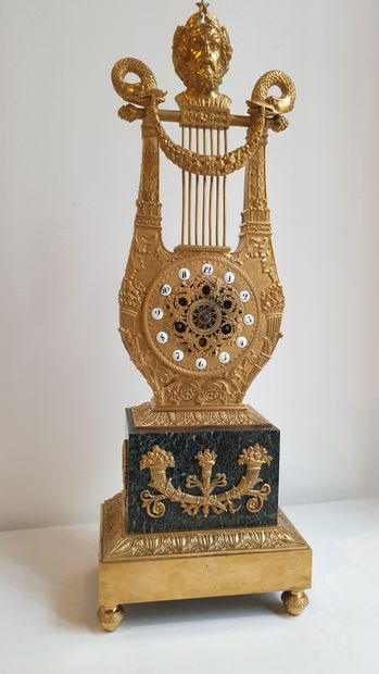 Pendule de forme lyre en bronze ciselé et...