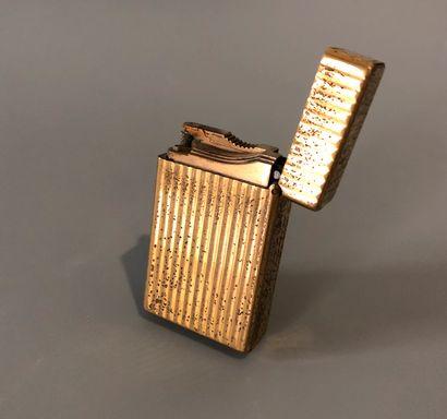 DUPONT - PARIS - Briquet en métal doré à...