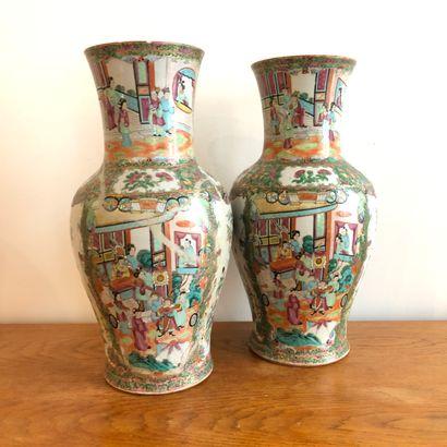 CHINE, vers 1900, Canton. Paire de vases...