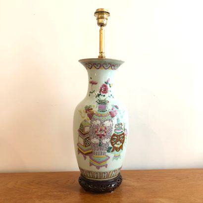 CHINE XIXème siècle.  Vase balustre en porcelaine...