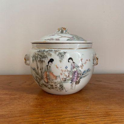 Chine, époque Minguo (1912-1949).  Pot couvert...