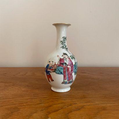 CHINE, XIXème siècle.  Vase miniature représentant...
