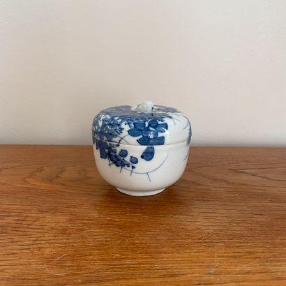 JAPON, XIXe siècle.  Pot couvert à décor...