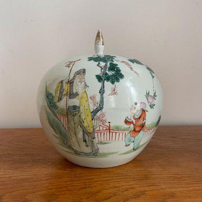 CHINE, époque Minguo (1912-1949).  Vase couvert...