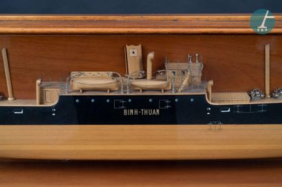 Maquette d'un demi-coque Belle demi-coque du S/S Binh Thuan avec sa vitrine en bois...