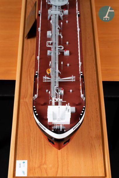 Maquette d'un pétrolier fluvial Maquette du pétrolier Aquilon Paris sous cloche et...