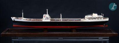 Maquette Maquette sans nom d'un tanker des années 1960, sous cloche en Plexiglas...