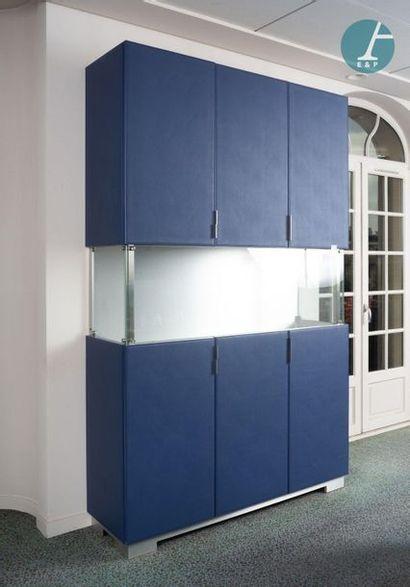 Armoires-vitrines Ensemble de trois armoires-vitrines, supports et mobilier de vitrine...