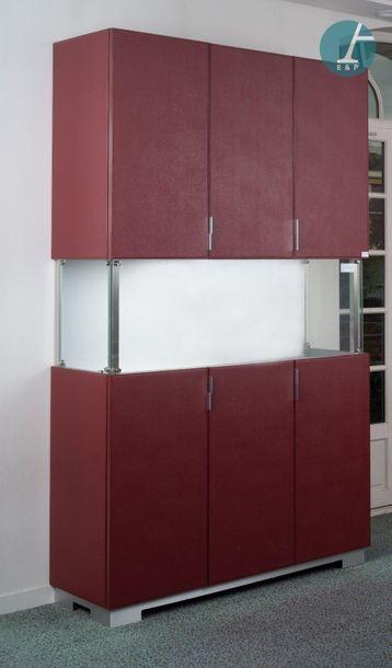 Armoires-vitrines Ensemble de trois armoires-vitrines, de couleur rouge. Dimension...
