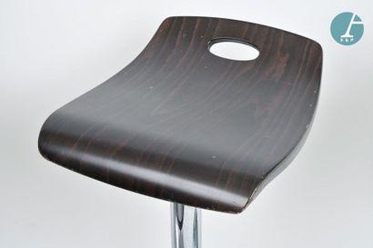 En provenance du siège de la Région Île-de-France Treize fauteuils blancs, une table...