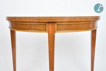 En provenance du siège de la Région Île-de-France Deux tables demi-lune en acajou....