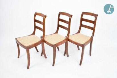 En provenance du siège de la Région Île-de-France Treize chaises en bois naturel....