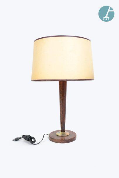 En provenance du siège de la Région Île-de-France Lampe en bois, bague de laiton....