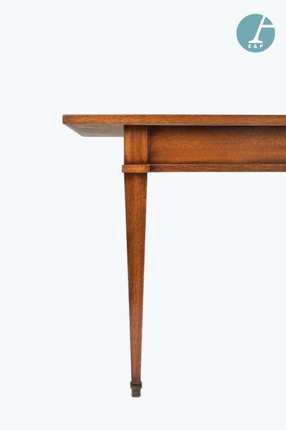 En provenance du siège de la Région Île-de-France Table console de style Louis XVI....