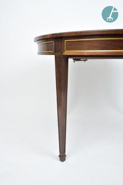 En provenance du siège de la Région Île-de-France Table ronde en bois naturel, reposant...