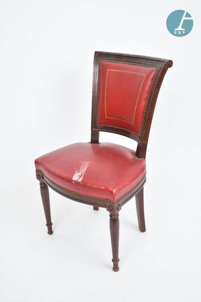 En provenance du siège de la Région Île-de-France Chaise en acajou. Assise de cuir...