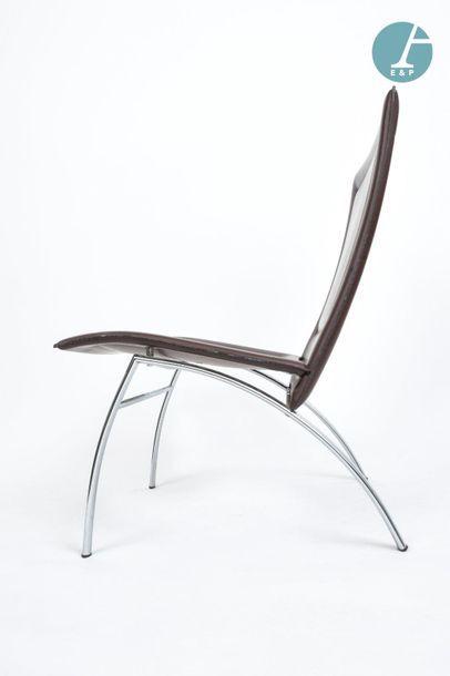 En provenance du siège de la Région Île-de-France Deux fauteuils en skaï marron avec...