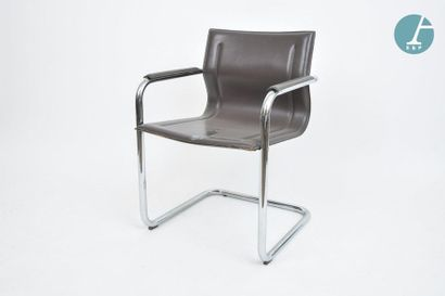 En provenance du siège de la Région Île-de-France Trois fauteuils en tube métal et...
