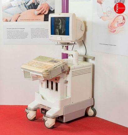 En provenance du Palais de la Découverte Set of medical equipment including an MRI...