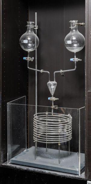 En provenance du Palais de la Découverte Chemistry unit composed of two balloons...