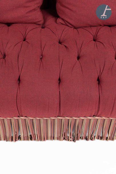 En provenance de l'ancien siège de la banque LAZARD Large four-seater sofa upholstered...