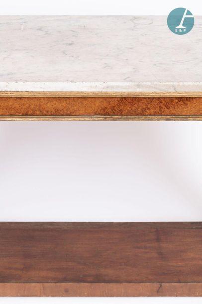 En provenance de l'ancien siège de la banque LAZARD Large console en bois de loupe,...