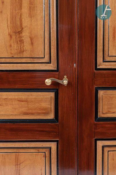 En provenance de l'ancien siège de la banque LAZARD Double porte en bois mouluré...