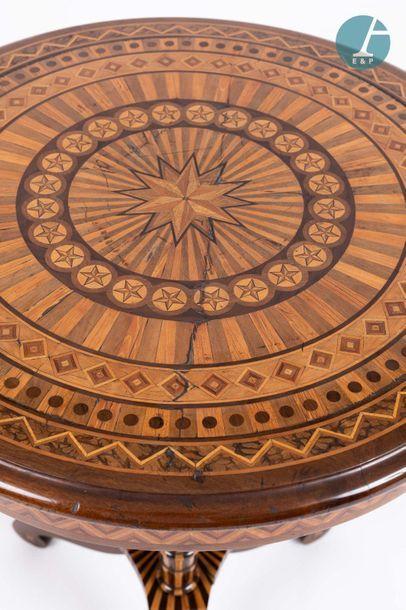 En provenance de l'ancien siège de la banque LAZARD Beau guéridon tripode en bois...