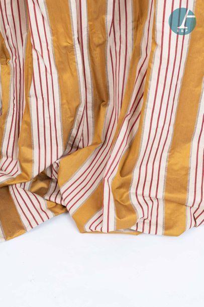 En provenance de l'ancien siège de la banque LAZARD Quatre paire de rideaux en tissu...