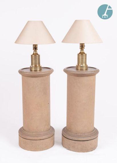 Paire de lampes en métal doré. Travail Moderne. Etat d'usage. H : 30cm