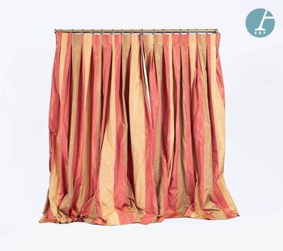 En provenance de l'ancien siège de la banque LAZARD Quatre paires de rideaux en soie,...