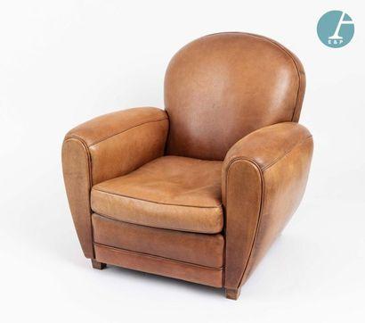 En provenance de l'ancien siège de la banque LAZARD Two club armchairs and a 2-seater...