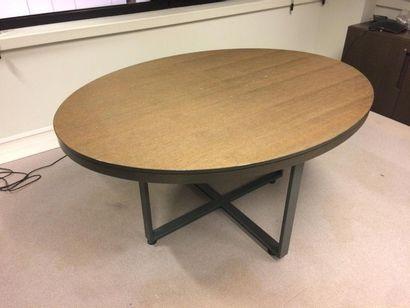 En provenance du siège d'un groupe industriel international Table ovale en bois naturel....