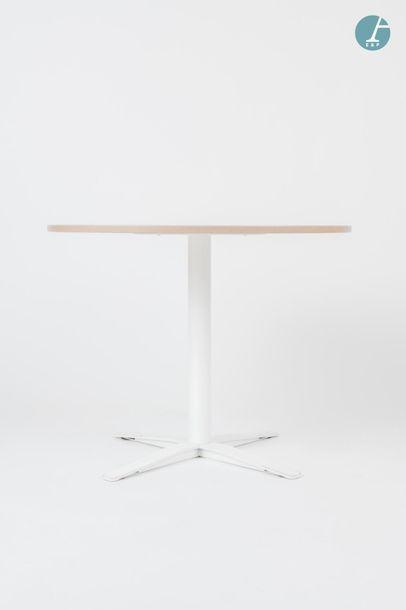 En provenance du siège d'un groupe industriel international DYNAMOBEL Deux tables...